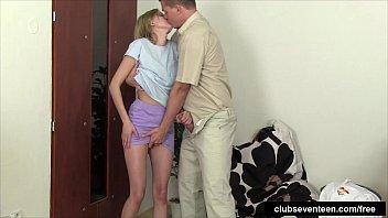 Pai é flagrado fodendo a buceta da sua filha mais nova no incesto amador