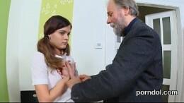 Coroa Safado pega sua filha inocente e estupra a buceta da novinha gostosa
