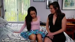 Mãe Lésbica safada ensinando sua filha a transar com outras mulheres