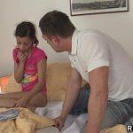 Tio safado seduz a sobrinha novinha pra transar com ele no video de incesto