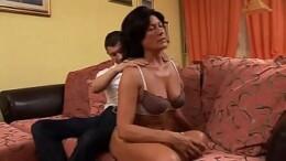 Foi fazer uma massagem na tia e ganhou uma chupeta e muita buceta
