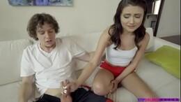 Irmão safado tira o pau pra fora pra irmã ficar com tesão no videos de incesto