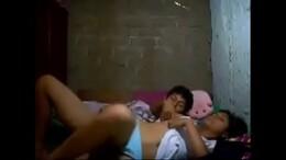 Moleque acorda a prima no barraco da favela para foder gostoso