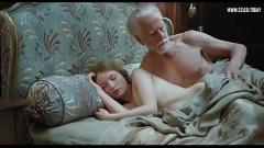 Vovô deita na cama com neta branquinha e fode a bucetinha