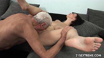 Neta peituda engole o pinto duro do avô na boca e na racha