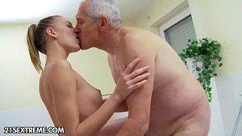 Novinha dando sua xoxota apertada para o próprio vovô