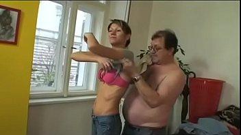 Pai gordinho fodendo com força a xota da filha cachorra