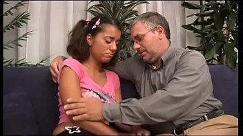 Pai maduro fodendo sua filha ninfeta de 21 aninhos