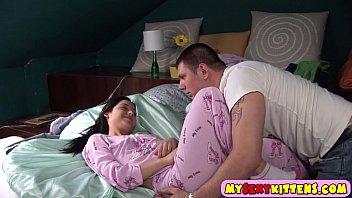 Tio e sobrinha no incesto com muitos beijos e sexo oral