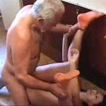Avô tarado abusa da neta fode e goza bem gostoso