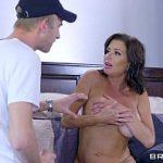 Cunhado pega sua cunhada pelada e vai pra cima dela estuprando sua buceta gostosa