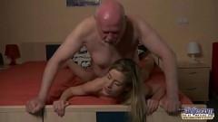 Neta foi pela primeira vez para cama com seu vovô gordinho