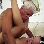 Neta interesseira fodendo feito uma vadia com seu avô de 80 anos