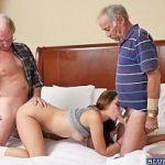 Neta maravilhosa gozando na suruba com avôs