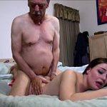 Neta tarada fode feito uma puta com seu vovô