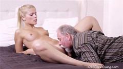Pai coroa e filha ninfeta muito sexo oral e piroca na buceta
