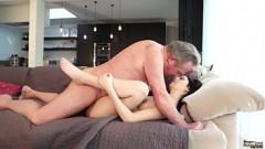 Pai maduro dando uma gozada com filha moreninha espetacular