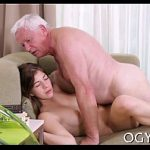Vovô sexo oral e pau na bucetinha da neta no sofá