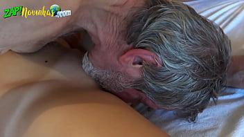 Neta novinha sexo oral e muito cacete do avô na pepeca