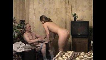 Sobrinha gostosa se esfrega no tio idoso até levar rola