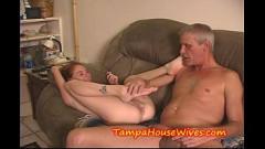 Filha vadia faz sexo com pai dotado e termina com xota arregaçada