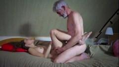 Vovô idoso de cabeça branca sexo oral e tico na bucetinha da neta