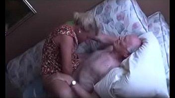 Neta puta chupa e fode com vovô idoso de 85 anos