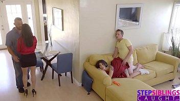 Neta senta no colo de um avô depois chupa o outro até gozar