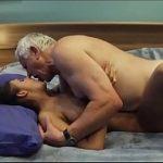Netinha novinha perde a virgindade com vovô idoso