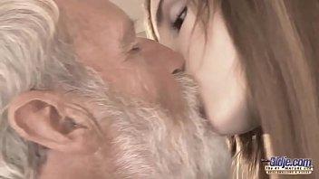 Neta faz avô coroa gozar com uma chupeta na vara grossa