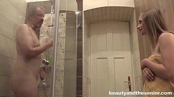 Pai fode filha ninfeta depois do banho no incesto xxx
