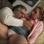 Filha goza com dedinho do pai na xota e chupada nos peitinhos