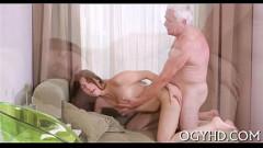 Neta adolescente chupa e leva tico duro do avô na xoxota
