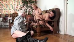Netas lésbicas na sacanagem com avô da cabeça branca