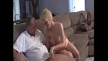 Avô em forma fodendo a sobrinha loira quente