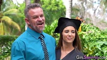 Sobrinha atraente faz sexo com tio depois da formatura
