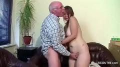 Neta fofinha chupa e fode com avô coroa bom de foda