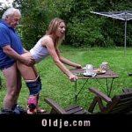 Novinha fodendo com avô tarado na casa de campo