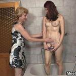 Sobrinha faz sexo com casal de tios no banheiro
