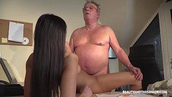 Filha putinha faz meia nove e sexo com pai gordinho