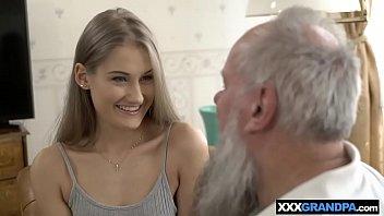 Neta encantadora chupa e fode com avô barbudo no sofá