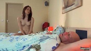 Novinha lindinha no incesto chupando e fodendo com avô coroa