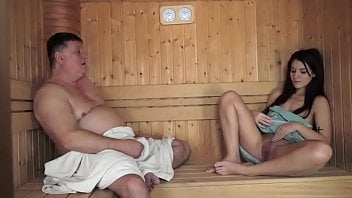 Pai gordo fode filha morena perfeita na sauna