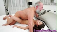 Avô coroa da barba branca fodendo neta gozando na boca