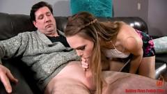 Incesto real filha exibe a xota e paga boquete para o pai gostoso