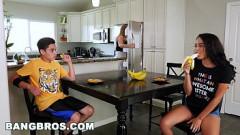 Irmã sensualizando e seduzindo seu irmão mais novo neste videos de incesto