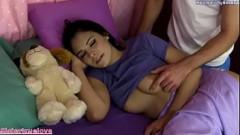 Irmão bolinando os peitos da maninha dormindo no Porno incesto amador