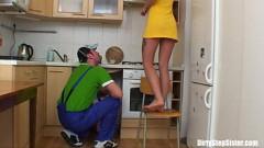 Loira fazendo sexo na cozinha com tio encanador