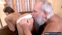Neta bunduda chupa e fode com avô coroa barbudo