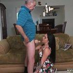 Neta morena linda ganha amassos e paga boquete para avô idoso